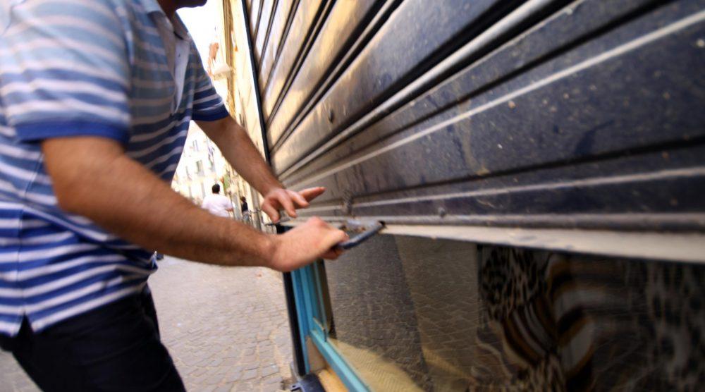 LaPresse25-05-2011 Castellammare di StabiaCronacaI commercianti e la cittadinanza esprimono solidarietà ai lavoratori FincantieriNella foto: lavoratori della Fincantieri chiudono le serrande dei negozi
