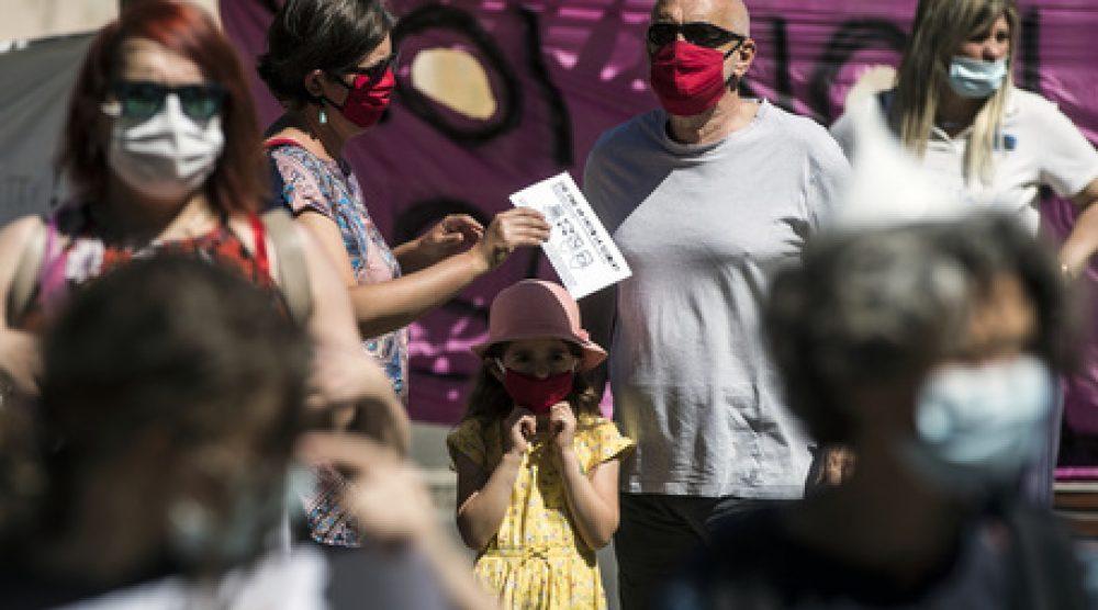 Insegnanti e famiglie manifestano nei pressi del ministero dell'Istruzione a Trastevere per reclamare la riapertura della scuola a settembre in continuità e sicurezza durante la Fase 2 dell'emergenza per il Covid-19 Coronavirus, Roma, 23 maggio 2020. ANSA/ANGELO CARCONI