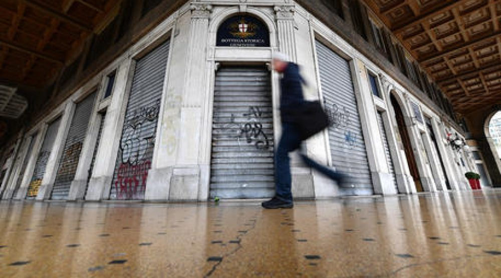La serranda di un negozio chiusa dopo le nuove normative varate dal Governo per combattere la pandemia di Covid-19 coronavirus. Genova, 12 Marzo 2020. ANSA/LUCA ZENNARO