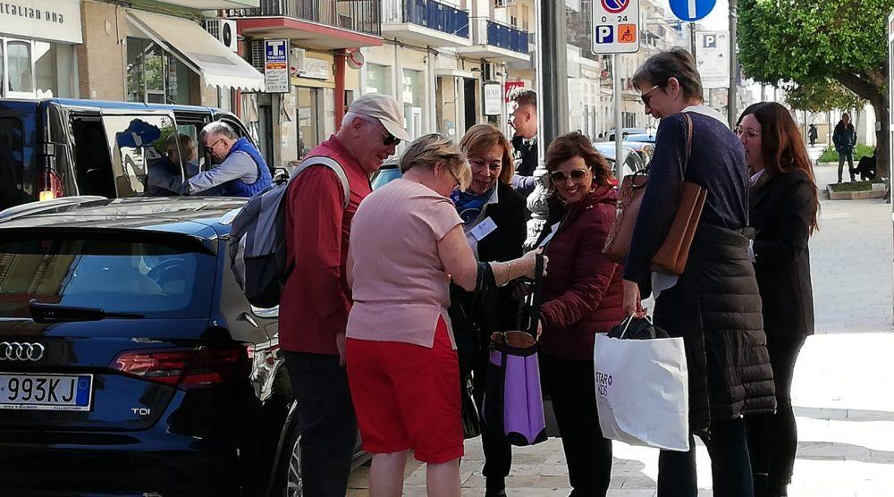 I turisti francesi in giro per la città di Pozzallo
