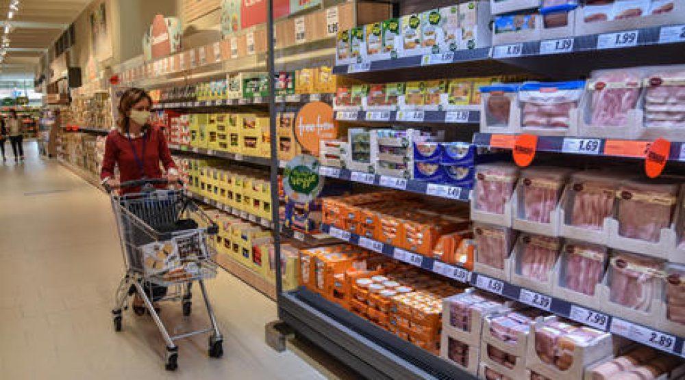 Carrello spesa lungo i banchi del supermercato - Apertura nuovo supermercato punto vendita  Lidl in via delle Forze Armate 314, Milano 1 Luglio 2020  Ansa/Matteo Corner
